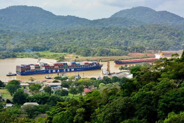 Cruce de barcos en el Canal de Panamá