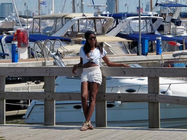 Modelo posando frente al puerto deportivo