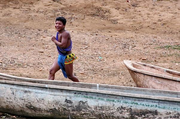 Joven Embera saludando