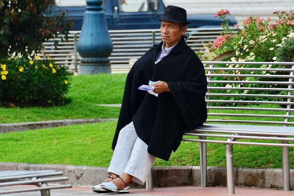 Hombre quechua en Otavalo vestido a la manera tradicional